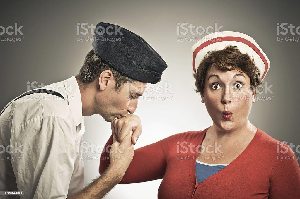Retro piloto de enfermería besar la mano - foto de stock