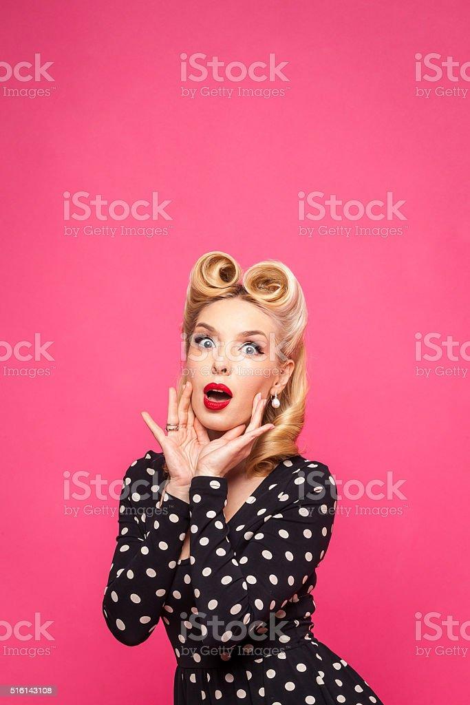 Retro pin-up-Mädchen auf Rosa Hintergrund – Foto
