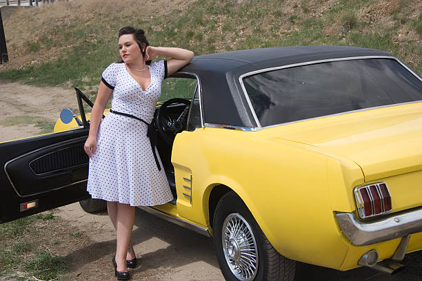 retro pinup modell & auto - rock n roll kleider stock-fotos und bilder