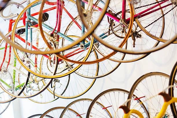 bicicletas de carreras retro para colgar en tienda de bicicletas - bastidor de la bicicleta fotografías e imágenes de stock