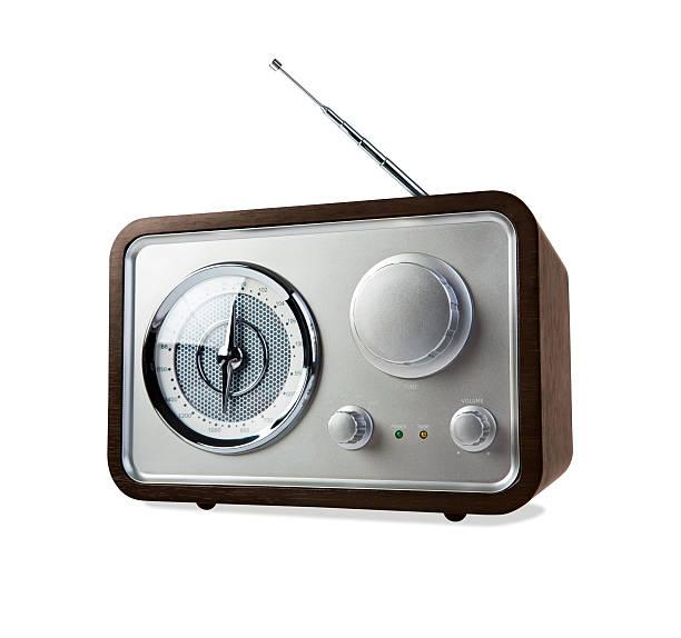 radio rétro sur fond blanc avec un tracé de détourage - poste de radio photos et images de collection
