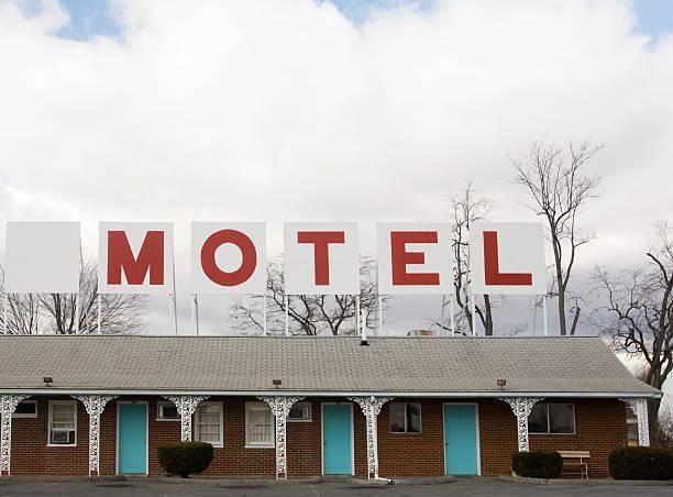 retro czerwony i oznaczone znak motel w górnej części budynku - motel zdjęcia i obrazy z banku zdjęć