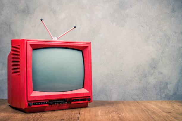 Retro rot veraltete klassische TV-Empfänger auf strukturiertem Beton Vorderwand Tabellenhintergrund. Rundfunkbegriff Fernsehen. Vintage alte Stil gefilterten Foto – Foto