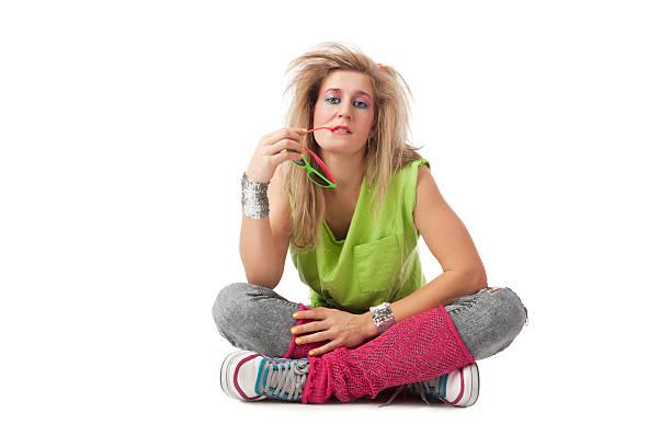 retro: jungen blonden frau mit 80er-frisur und make-up - 80er outfit stock-fotos und bilder