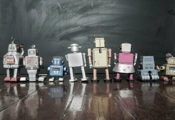 retro-roboter in der schule eine tafel zu betrachten - converse taylor stock-fotos und bilder