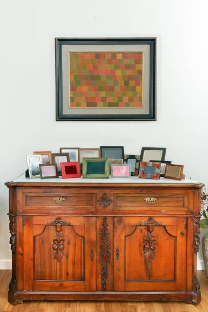 retro-sideboard, schrank in ein esszimmer, landhausstil. - esszimmer buffet stock-fotos und bilder