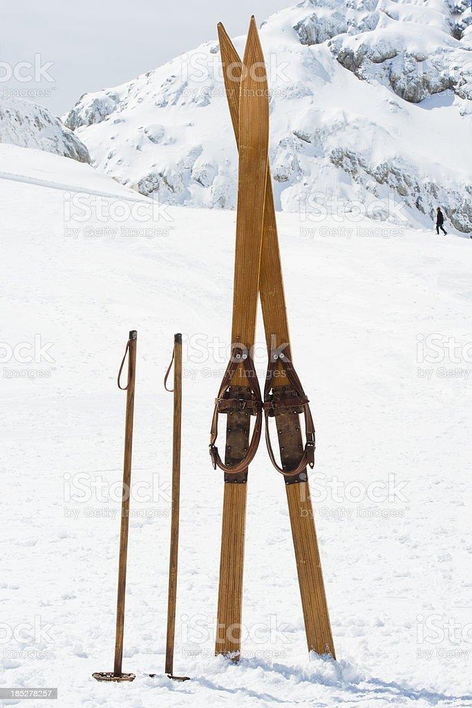 Retro-Skiausrüstung auf die Berge – Foto