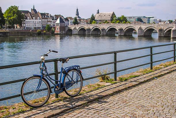 retro style bicycle in maastricht, netherlands - maastricht stockfoto's en -beelden