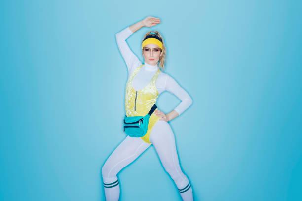 estilo retro ejercicio aerobic mujer de los años ochenta era - aeróbic fotografías e imágenes de stock