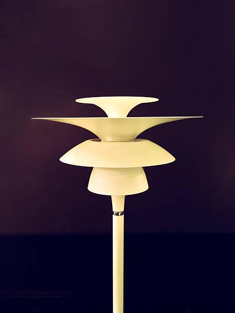 retro-stil-stehlampe - moderne 50er jahre mode stock-fotos und bilder