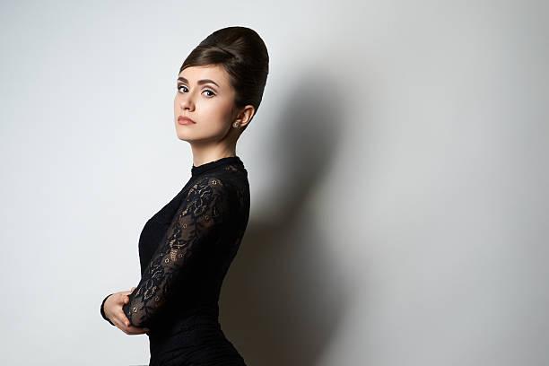 retro chica en ropa negra sobre blanco - foto de stock