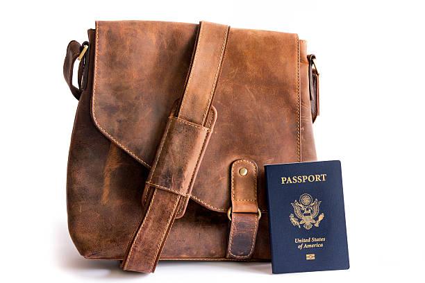 retro-stil-ledertasche mit biometrischen american-passport - vintage bag stock-fotos und bilder