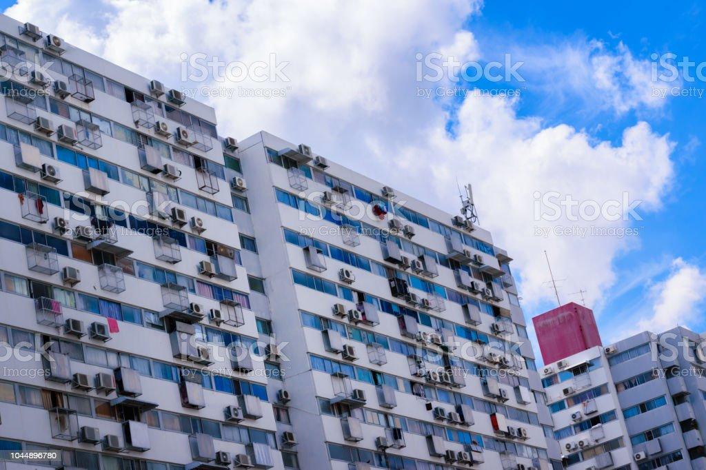 Estilo retro multi - complexo residencial de andares. Céu azul com grandes nuvens brancas. - foto de acervo