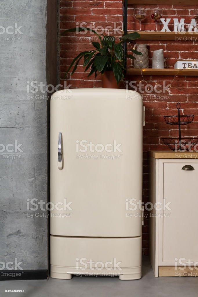 Retrostil Weiß Kühlschrank In Vintage Küche Stockfoto und ...