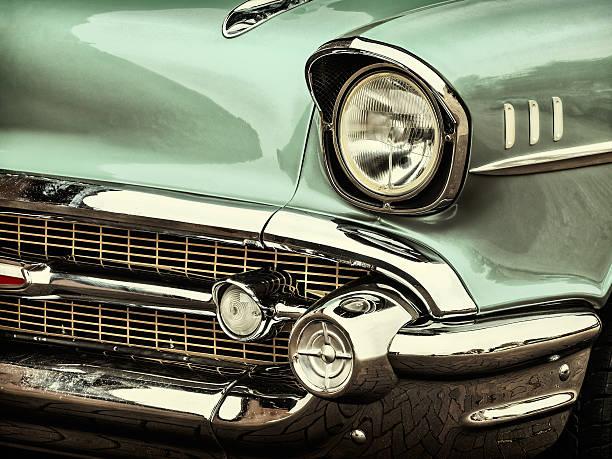 retro-stil foto von eine vor einem classic car - oldtimer stock-fotos und bilder