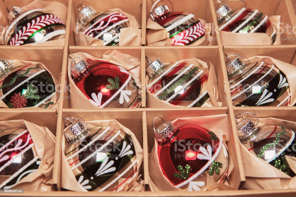 Box Christbaumkugeln.Retrostil Bild Der Vintage Weihnachtsdekoration In Einer Box Weihnachten Urlaub Zusammensetzung Box Gefüllt Mit Christbaumkugeln Silber Stockfoto Und
