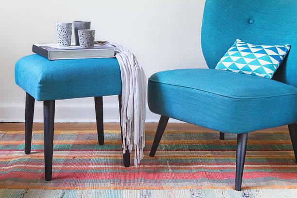 retro-teal sessel und ottomane dekor wohngebäude-innenansicht - stuhlpolster stock-fotos und bilder