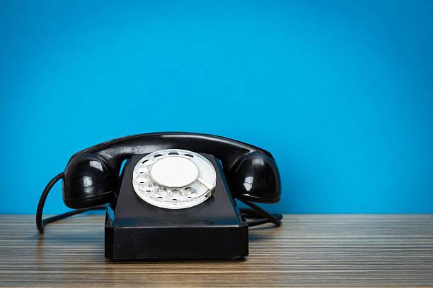 retro telefon auf tisch - nostalgie telefon stock-fotos und bilder