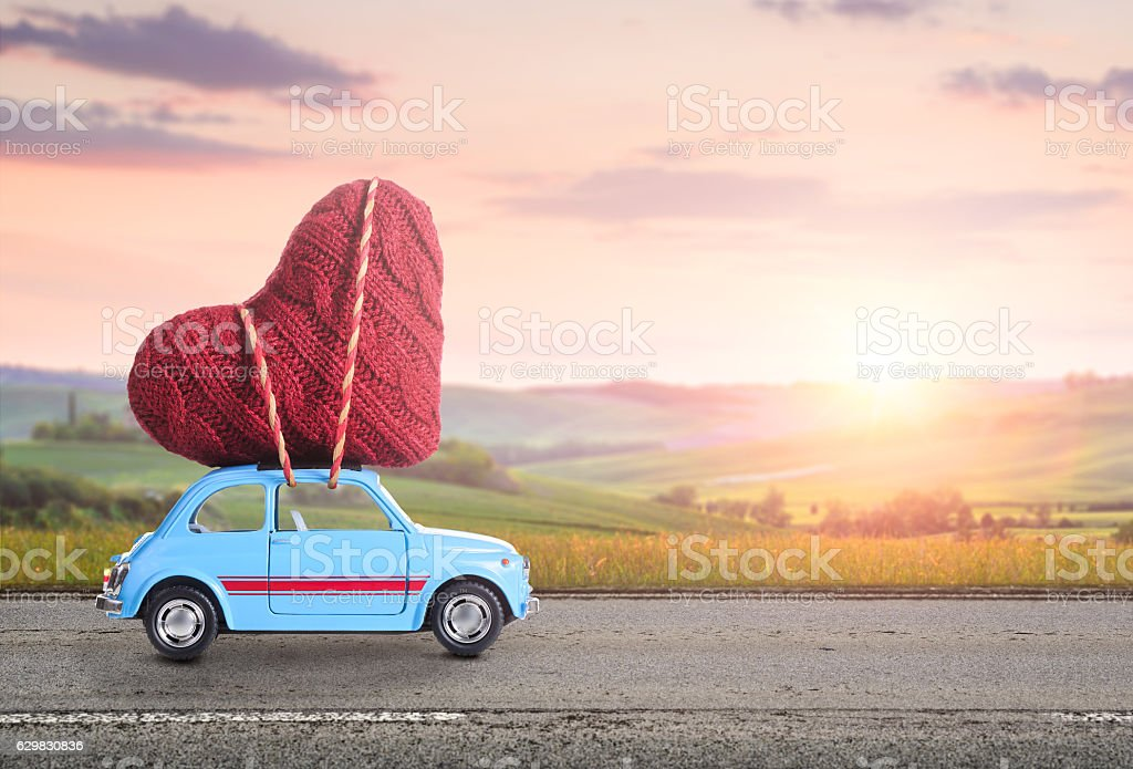Retro toy car with Valentine heart - foto stock