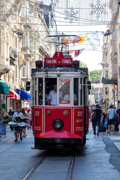retro spårvagnen rör sig längs en upptagen istiklalgatan i istanbul, turkiet - istiklal avenue bildbanksfoton och bilder