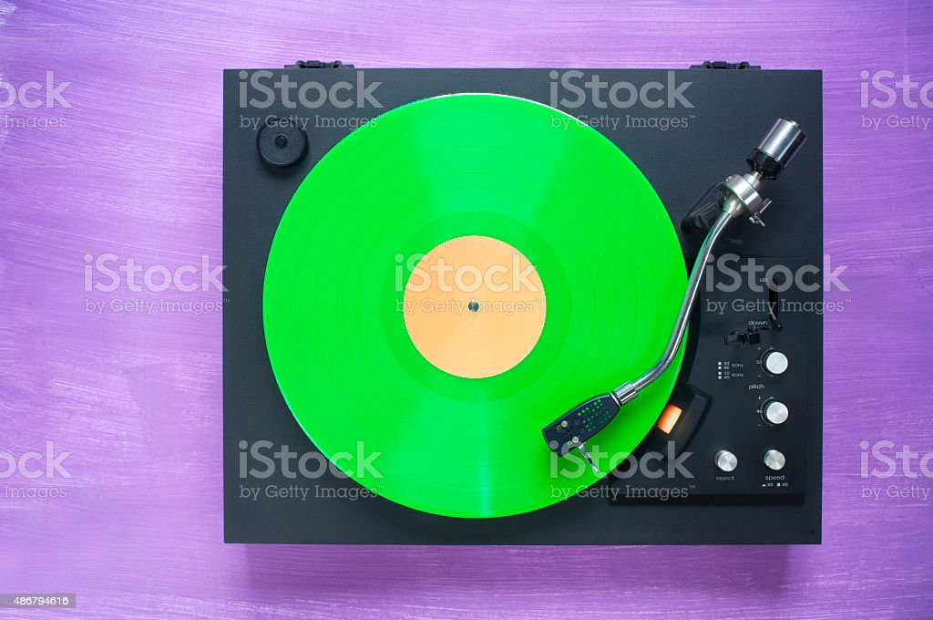 Retro-Plattenspieler mit grünen vinyl Rekord Lizenzfreies stock-foto
