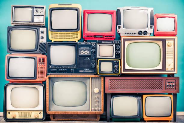 retro-tv-empfänger aus ca. 60er, 70er und 80er jahren des xx jahrhunderts, alter hölzerner fernsehständer mit verstärker vorne mintblau wandhintergrund. rundfunk, nachrichtenkonzept. vintage-stil gefiltertfoto - film oder fernsehvorführung stock-fotos und bilder