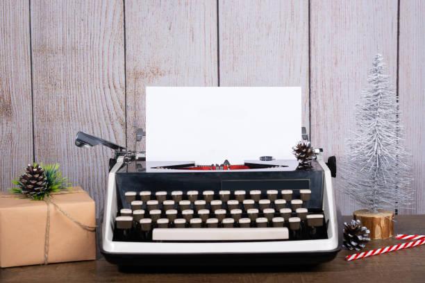 retro-schreibmaschine mit einem leeren blatt papier für text. - zitate weihnachten stock-fotos und bilder