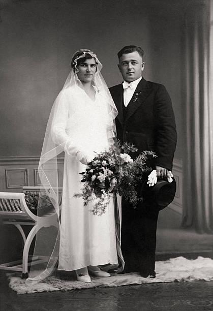retro hochzeit-just married couple in der thirties - hochzeitsbilder stock-fotos und bilder