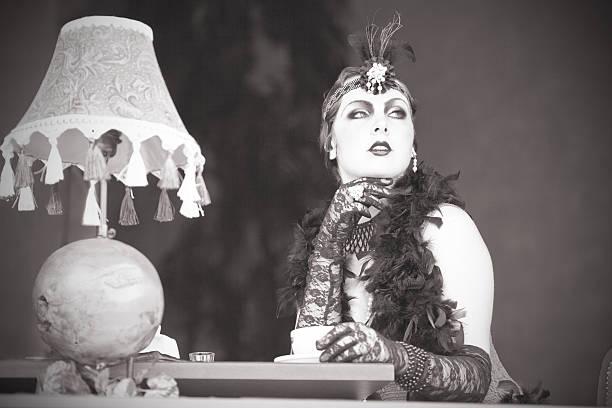Retro Frau 1920 s-1930 der Sitzung mit Tasse Tee – Foto