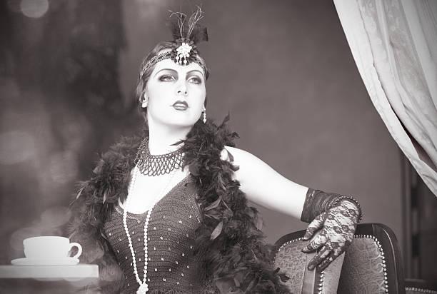 retro frau 1920 s-1930 der sitzung mit tasse tee - 20er jahre stock-fotos und bilder