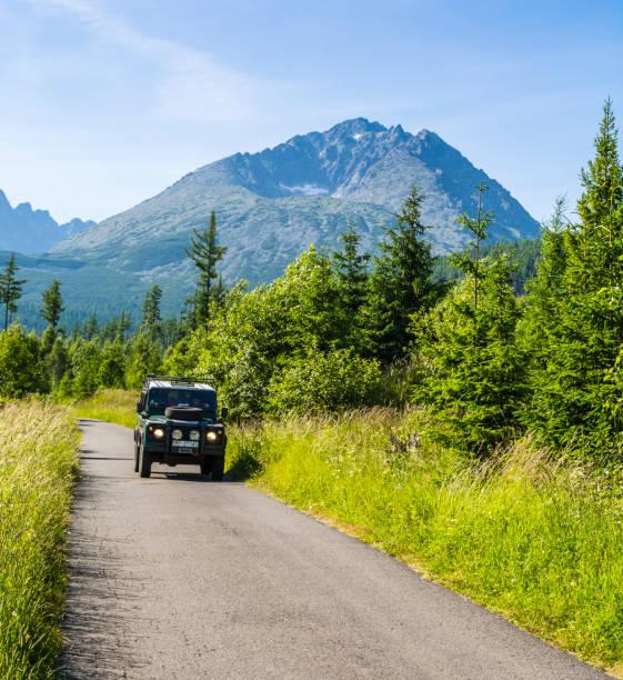 Tatra Dağları ve Karpat Dağları 'nın en yüksek zirvesine giriş yaptıktan sonra off-road araçları ile müşterileri ile dağ kılavuzları (ıVBV) dönüş-Gerlachov Peak. Slovakya. stok fotoğrafı