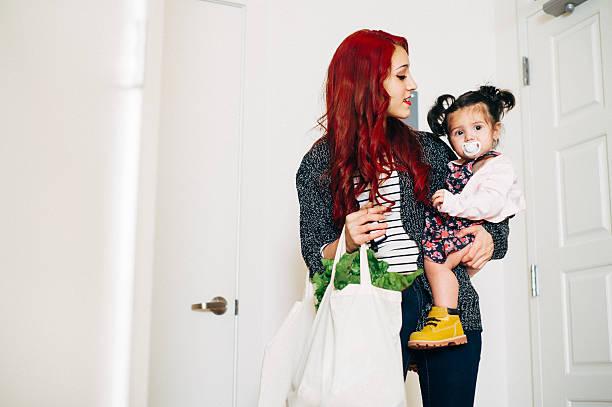 rückkehr von shopping - kleinkind busy bags stock-fotos und bilder