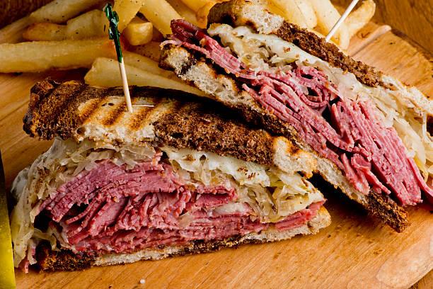 reuben sándwich - tienda delicatessen fotografías e imágenes de stock