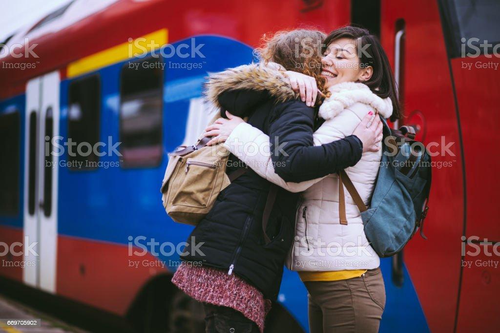 Wiedervereinigung der Freundinnen am Bahnhof – Foto