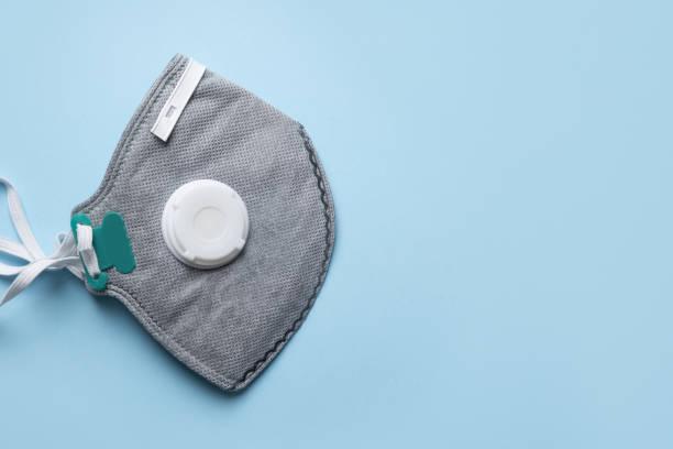 wiederverwendbare antivirale maske mit atemfilterventil und aktivkohlefilter. prävention von coronavirus. - luftventil stock-fotos und bilder