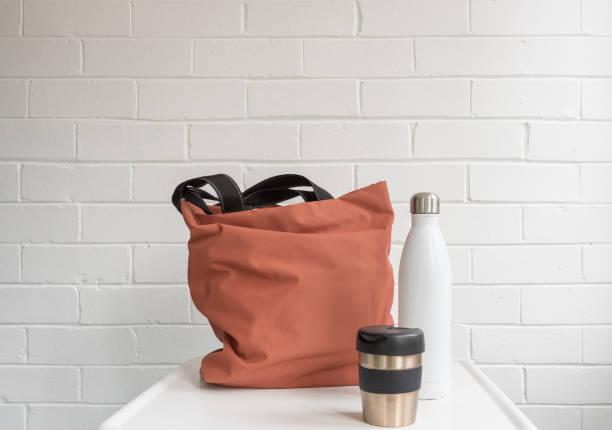 reusable coffee cup, insulated drink bottle and shopping tote bag - rifiuti zero foto e immagini stock