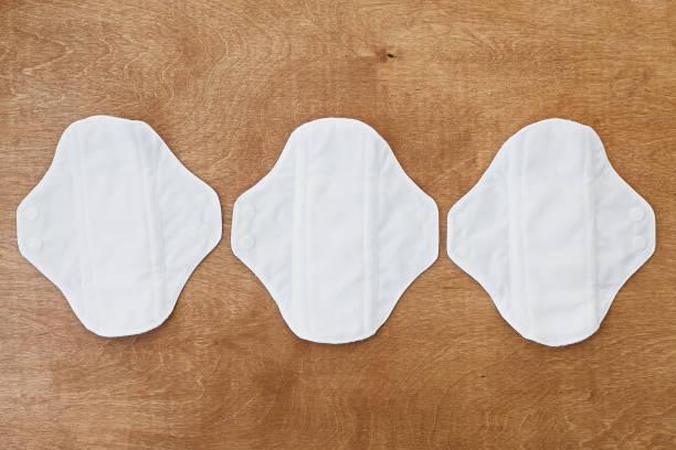 wiederverwendbare öko-naturpads. weiße feminine waschbare, gesunde und umweltfreundliche pads aus baumwolle und polyester. stoppt die verschmutzung durch plastik. frei von parfüm und chlor. null abfall lebensstil - bindewörter stock-fotos und bilder