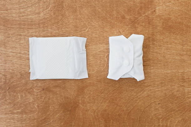 wiederverwendbares öko-pad und einzelbenutzung giftpolster für menstruationstage, flaches laien. weiße feminine waschbare, gesunde und umweltfreundliche pads mit plastikpolstern. stoppt die verschmutzung durch plastik. null abfall lebensstil - bindewörter stock-fotos und bilder