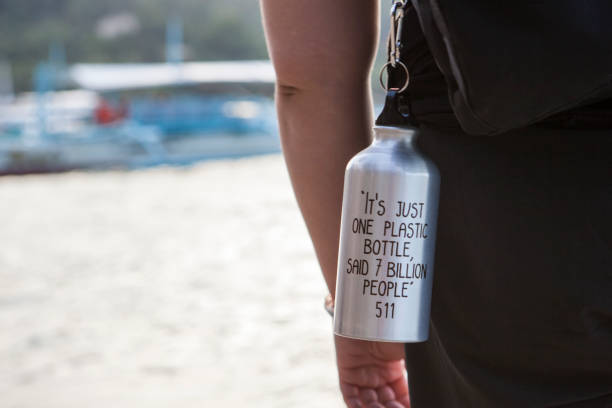 reusable water bottle with text - rifiuti zero foto e immagini stock