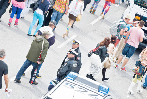 juerguistas y la policía de hamburgo st. pauli, alemania - feliz dia del policia fotografías e imágenes de stock