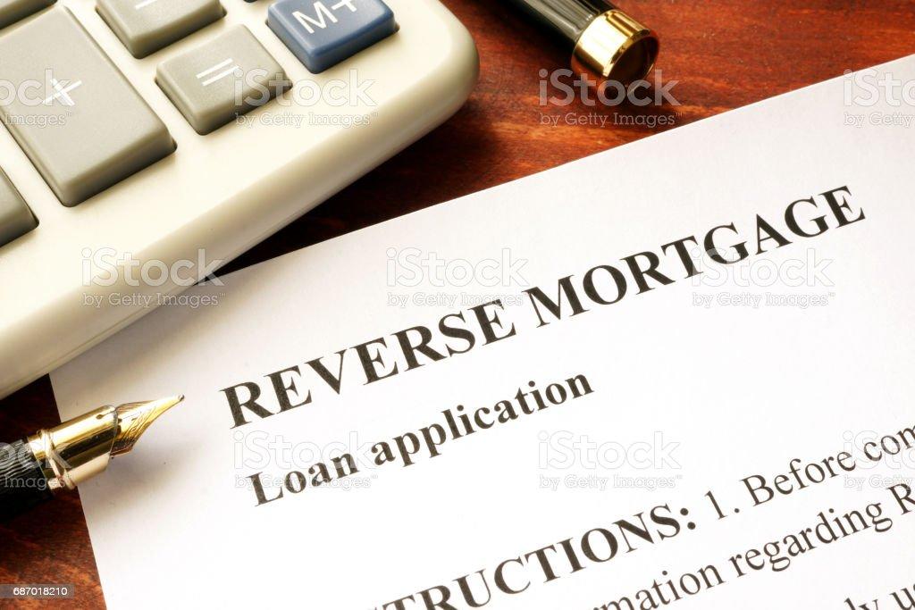 Inversion de demande de prêt hypothécaire sur une table. photo libre de droits