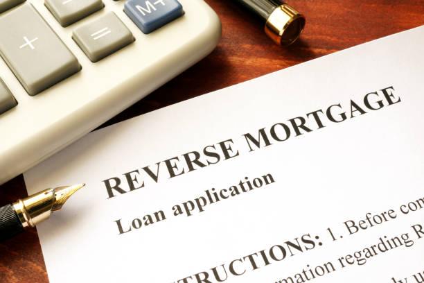 inversion de demande de prêt hypothécaire sur une table. - emprunt immobilier photos et images de collection
