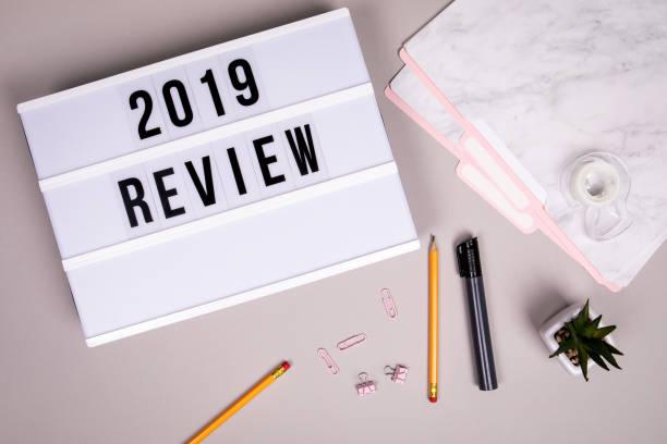 Überprüfungskonzept 2019. Weißer Leuchtkasten auf einem grauen Schreibtisch – Foto