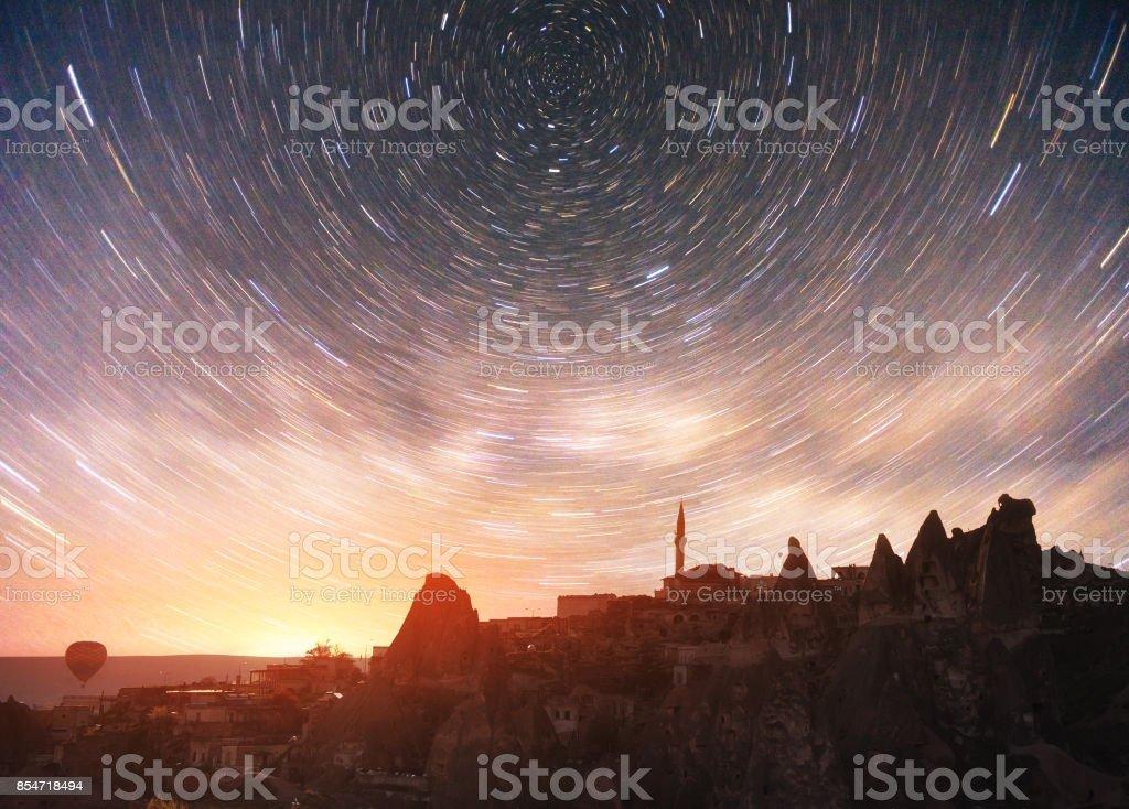 Revisión de formaciones geológicas en Capadocia, pintoresco cielo estrellado en el Parque Nacional de Goreme - foto de stock