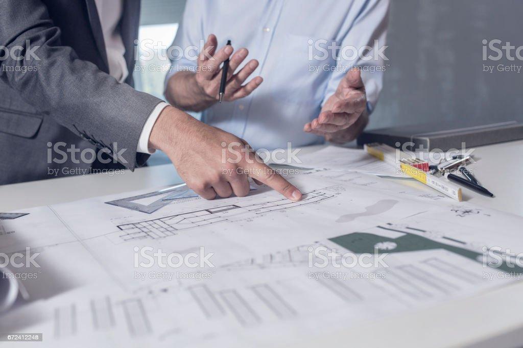 Überarbeitung der Baupläne - Lizenzfrei 60-69 Jahre Stock-Foto