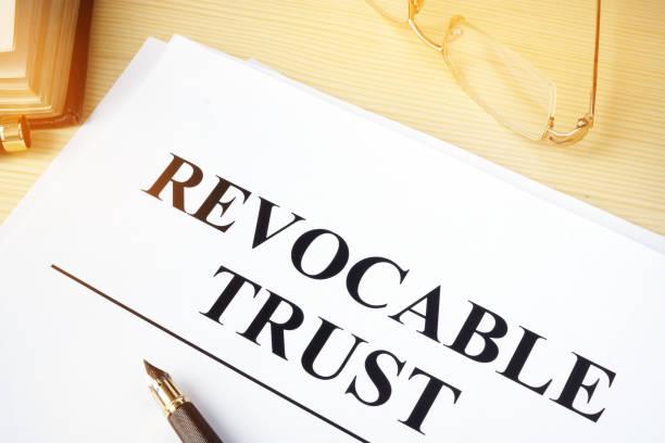 widerrufliche vertrauen auf einen schreibtisch aus holz. - trust stock-fotos und bilder