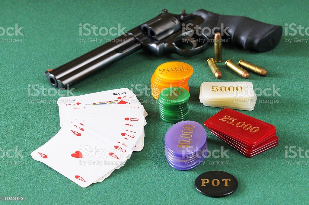 Revólver Magnum, 357, tarjetas y juegos de papas fritas. - foto de stock
