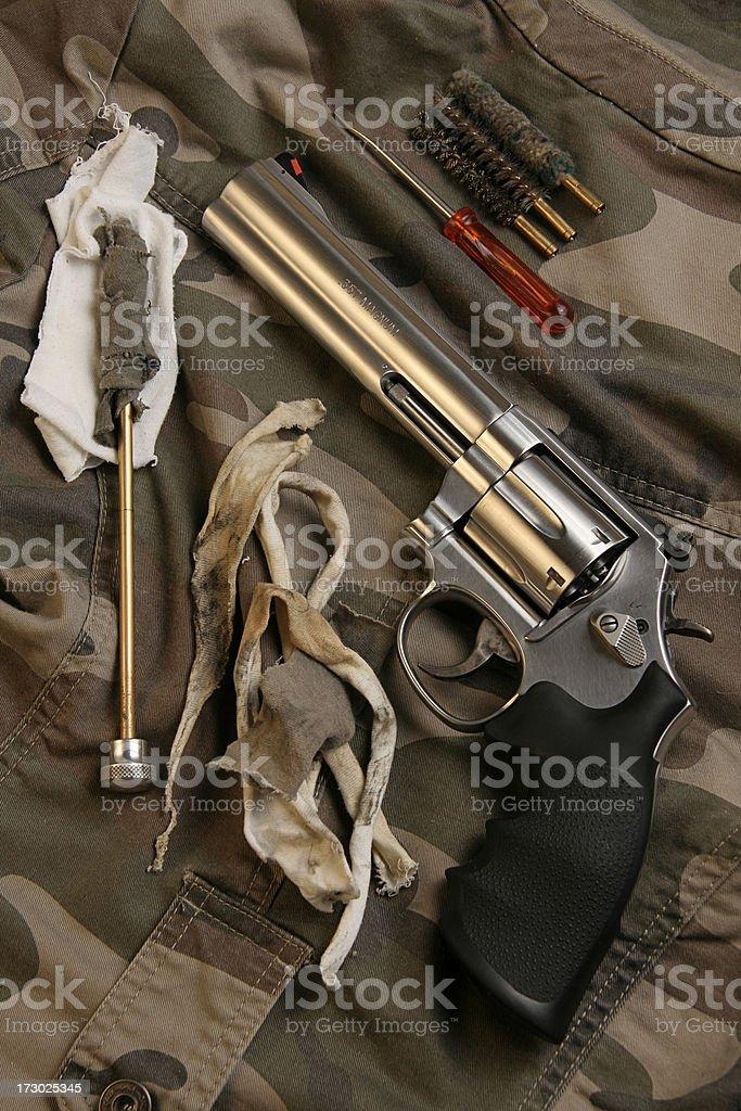 Revólver con un Kit de limpieza de la pistola - foto de stock