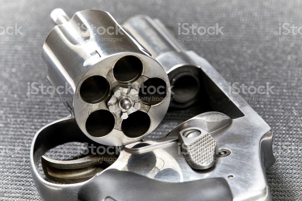 Revolver con cilindro abierto - foto de stock