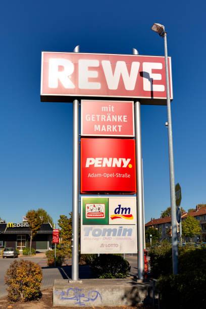 rewe supermarkt zeichen gantry - rewe supermarket stock-fotos und bilder